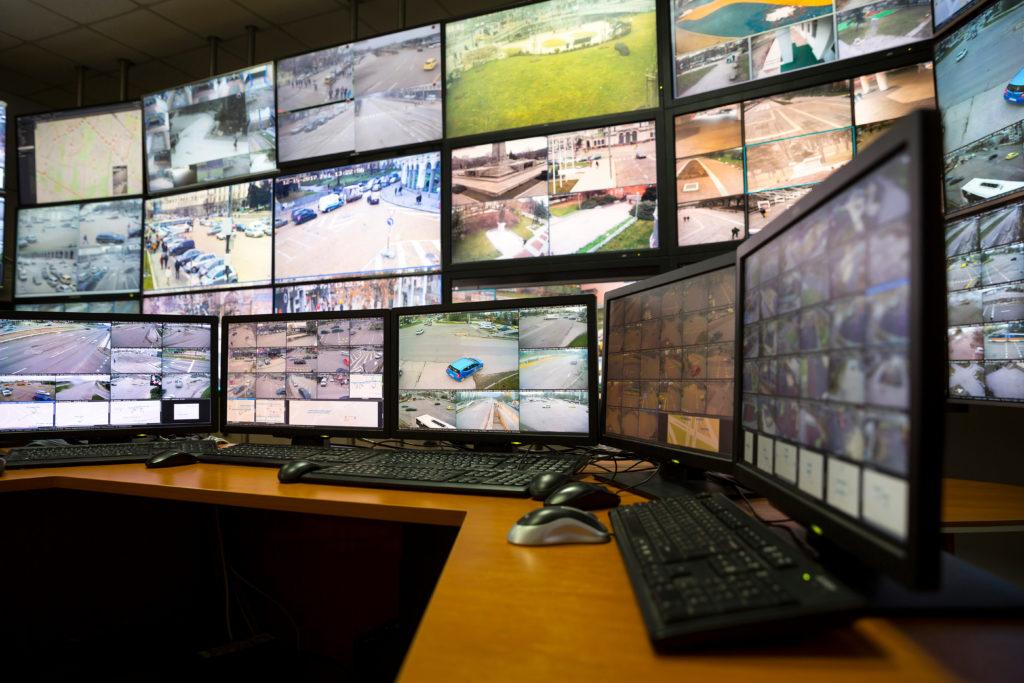 Computerschermen met camerabeelden van verkeerssituatie gemeente Zaanstad
